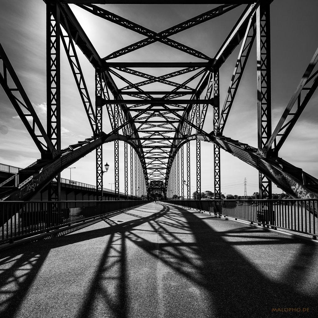 09   13 - Schattenbrücke